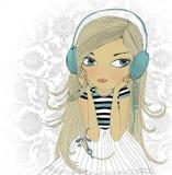 A menina nos fones de ouvido Fotografia de Stock Royalty Free