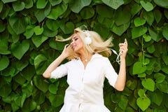 Menina nos fones de ouvido que escuta a música do smartphone e da dança Fotos de Stock Royalty Free