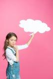 Menina nos macacões da sarja de Nimes que guardam a bolha vazia do discurso e que pensam no rosa Imagem de Stock Royalty Free