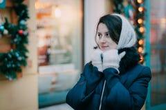 Menina nos mitenes na rua no Natal Fundo do Natal Estilo de vida do conceito, inverno, férias, Natal feliz, ano novo foto de stock royalty free