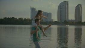 Menina nos ombros do paizinho que outstretching seus braços video estoque