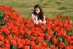 Menina nos Tulips fotografia de stock royalty free