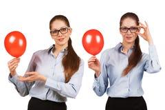Menina nos vidros com uma bola vermelha soprada foto de stock royalty free