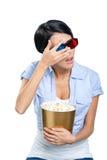 Menina nos vidros 3D que olha o filme através das mãos Imagem de Stock Royalty Free