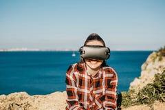 A menina nos vidros de uma realidade virtual fotografia de stock