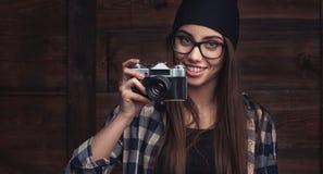 Menina nos vidros e nas cintas com câmera do vintage Fotografia de Stock Royalty Free