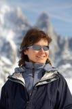 A menina nos vidros em um fundo das montanhas fotografia de stock royalty free