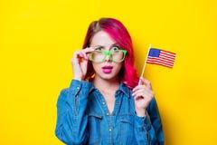 Menina nos vidros verdes que guardam a bandeira do Estados Unidos Fotografia de Stock