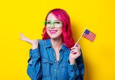Menina nos vidros verdes que guardam a bandeira do Estados Unidos Fotos de Stock