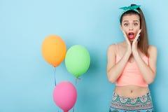 A menina nova atrativa do moderno está comemorando-a Fotografia de Stock Royalty Free