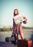 Menina nova bonita da hippie que viaja em uma estrada Imagens de Stock