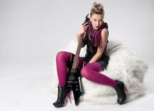 Menina nova bonita da rocha com guitarra preta Imagens de Stock Royalty Free