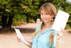 Menina nova bonita do estudante com letra Imagens de Stock Royalty Free