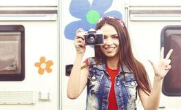 Menina nova, bonita do moderno com câmera do vintage fora Vaca imagens de stock royalty free