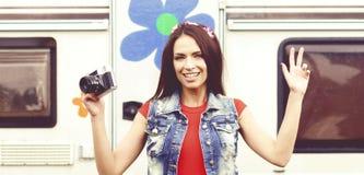 Menina nova, bonita do moderno com câmera do vintage fora Vaca imagem de stock