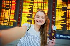 Menina nova bonita do turista no aeroporto internacional imagem de stock