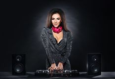 Menina nova, bonita e 'sexy' do DJ que joga a música em um partido de disco em um clube noturno foto de stock