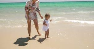 Menina nova com seu Mum na praia filme