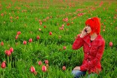 Menina nova da forma que convida o telefone Imagem de Stock Royalty Free