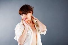 Menina nova da sensualidade na camisa branca fotos de stock royalty free