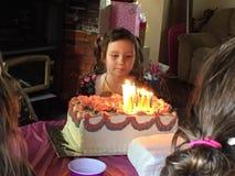 Menina nova do aniversário com seu bolo fotografia de stock