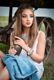 Menina nova do boho no revestimento com olhos azuis com o jarro em suas mãos Imagens de Stock Royalty Free
