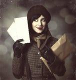 Menina nova do carteiro com correio. Foto no estilo velho da cor com boke Imagens de Stock