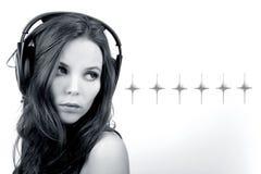 Menina nova do DJ com estrelas monocromáticas Fotos de Stock Royalty Free