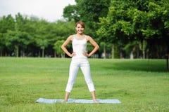 A menina nova do esporte faz a ioga Foto de Stock
