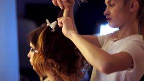A menina nova do estilista faz o penteado a uma senhora filme