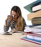 A menina nova do estudante concentrou o estudo para o exame no conceito da educação da biblioteca de faculdade Imagem de Stock Royalty Free