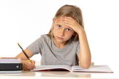 Menina nova do estudante da escola que olha infeliz e cansado no conceito da educação fotografia de stock royalty free