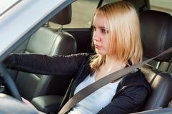 Menina nova do estudante que conduz um carro imagem de stock royalty free