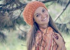 Menina nova do orangehead no vestido morno do outono que está exterior Fotos de Stock
