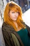 Menina nova do redhead que levanta no estreptococo velho imagem de stock