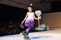 Menina nova do rolo no desfile de moda Fotografia de Stock