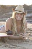 Menina nova bonita do surfista cedo na praia Fotos de Stock Royalty Free