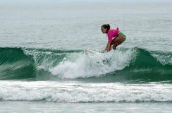 Menina nova do surfista que surfa o evento do clássico de Wahine Fotos de Stock Royalty Free