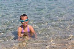 A menina nova do turista em vidros dos esportes da natação está flutuando no Mar Egeu na costa da península de Sithonia fotografia de stock royalty free