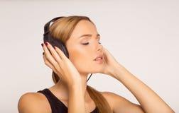 Menina nova e bonita que escuta a música Foto de Stock Royalty Free