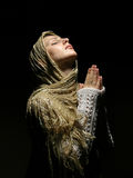 Menina nova e bonita que praying Imagens de Stock Royalty Free