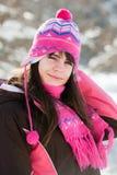 Menina nova e smily no dia de inverno ensolarado imagens de stock