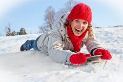 Menina nova feliz do snowboard no dia ensolarado fotos de stock