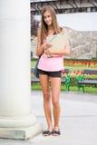 Menina nova lindo do estudante no parque. Imagem de Stock