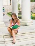 Menina nova muito bonito do estudante ao ar livre. Foto de Stock Royalty Free