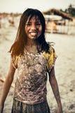 Menina nova suja da areia na praia Fotos de Stock