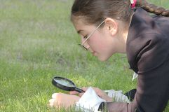 Menina - o adolescente olha através da lente foto de stock royalty free