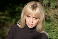 Menina o blonde no dia ensolarado Imagem de Stock
