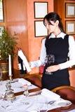 A menina o empregado de mesa com vinho Fotografia de Stock