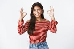 A menina obteve o negócio sob o controle Retrato da afirmação segura e adolescente novo encantador assertivo em mostrar da blusa  fotografia de stock royalty free